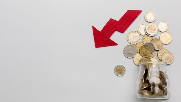 Gefallene wirtschaft und glas mit münzen