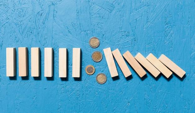 Gefallenes holzstücke und münzenkonzept