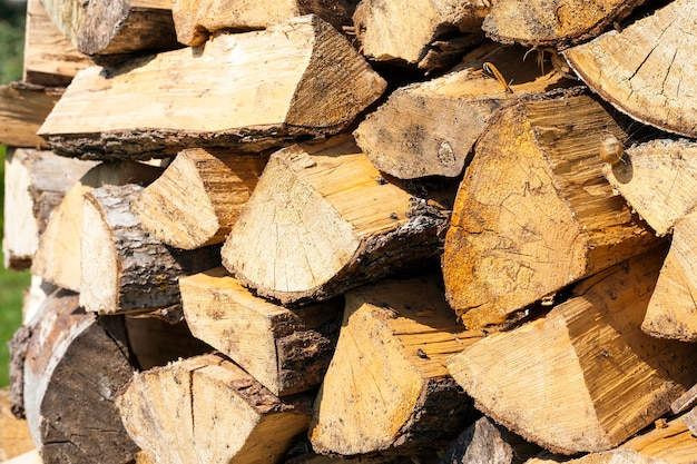 Gefaltet in einer reihe von holzbrennholz. fotografierte nahaufnahme.