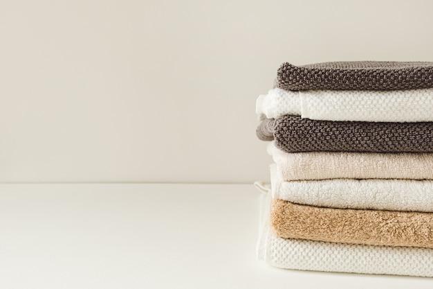 Gefaltete badetücher stapeln. wellness-, behandlungs-, hygienekonzept