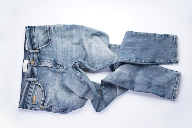 Gefaltete blaue herrenjeans der jeans lokalisiert auf weißem hintergrund.
