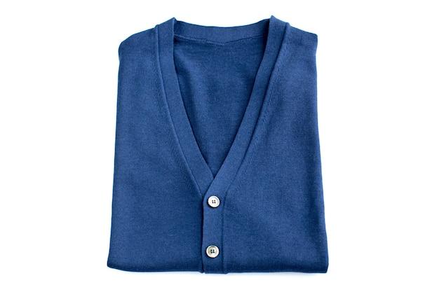 Gefaltete blaue strickjacke getrennt auf weißem hintergrund