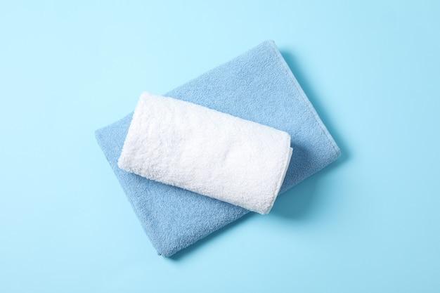 Gefaltete handtücher auf blau, draufsicht und platz für text