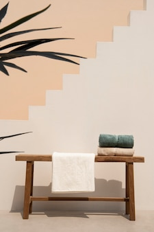 Gefaltete handtücher auf dem tisch ästhetisch minimales innendesign