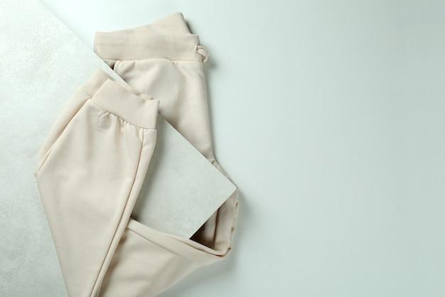 Gefaltete jogginghose auf weißem strukturiertem hintergrund