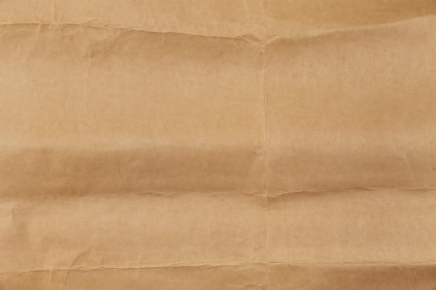 Gefaltete und entfaltete alte leere papierstruktur. leerer raum, platz für text, kopie, nachricht, schriftzug.