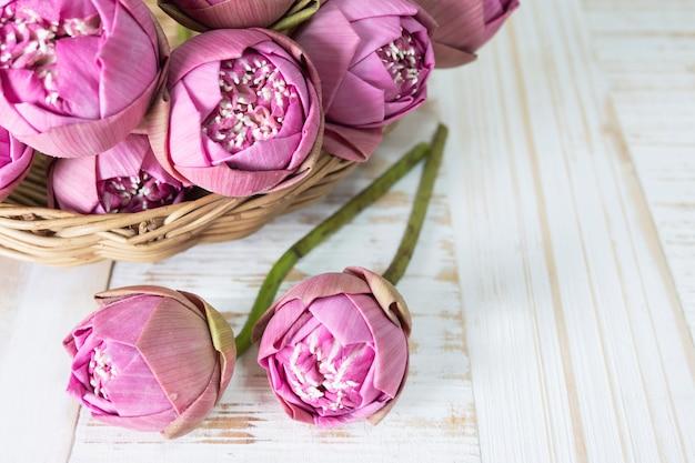 Gefalteter rosa lotos auf holztisch