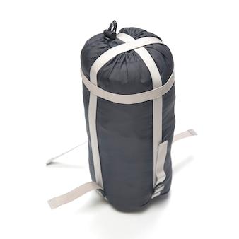 Gefalteter schlafsack auf weißem hintergrund. artikel für tourismus und camping