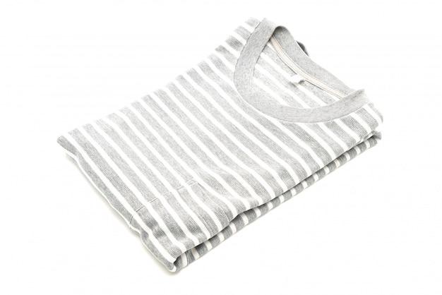 Gefaltetes gestreiftes t-shirt auf weiß