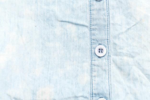 Gefaltetes hemd auf weißem hintergrund