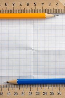 Gefaltetes kariertes papier als hintergrund
