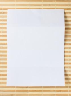 Gefaltetes papier auf hölzerner matte