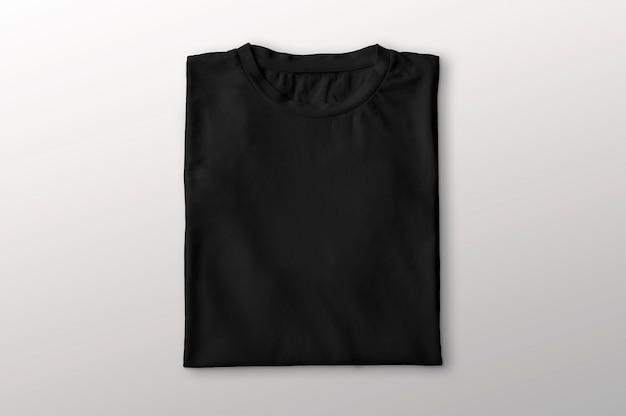 Gefaltetes schwarzes t-shirt
