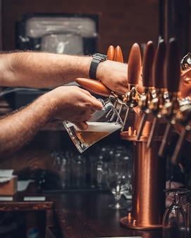 Gefiltertes bier mit schaum