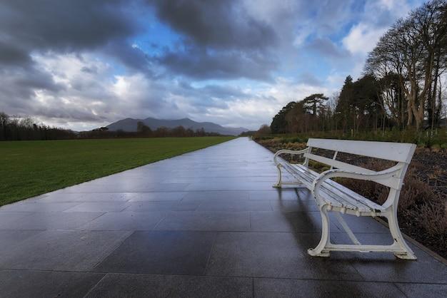 Gefliester weg und metallbänke im killarney national park in killarney, county kerryirelan