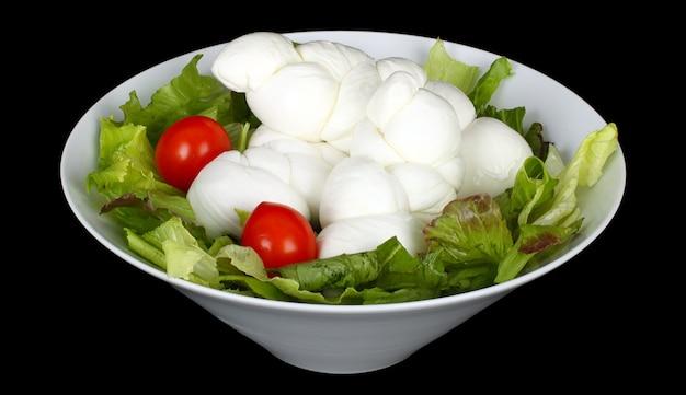 Geflochtener italienischer mozzarella mit salat und tomaten