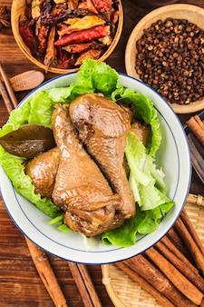 Geflügel mit sojasauce gedünstet, hühnerschenkel