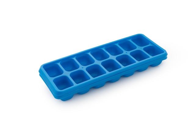 Gefriereis der blauen plastikform auf weißem hintergrund