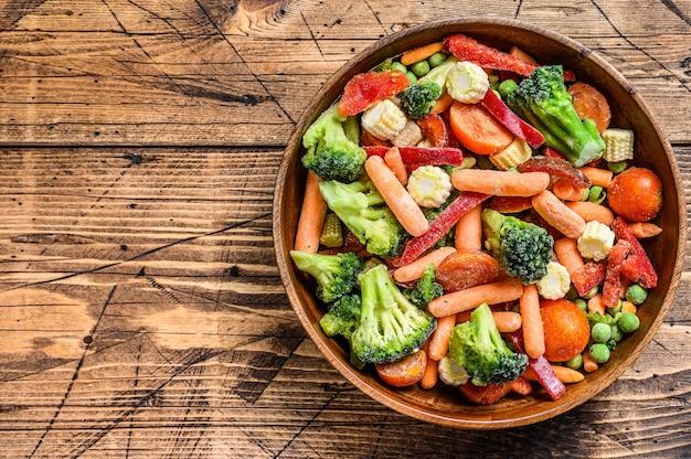 Gefroren geschnittenes gemüse, brokkoli, paprika, tomaten, karotten, erbsen und mais