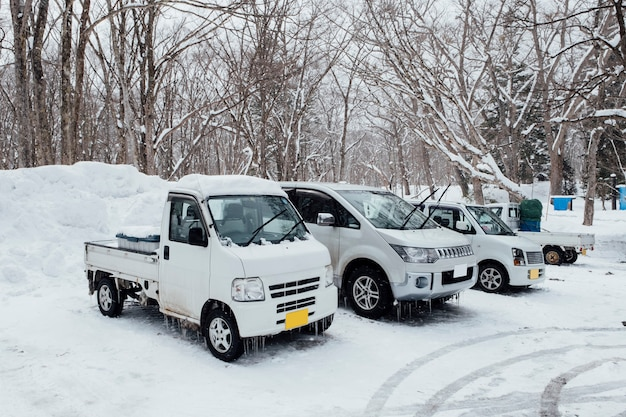 Gefrorene autos in der wintersaison in japan