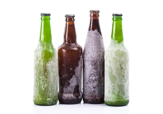Gefrorene bierflaschen auf weißem hintergrund isoliert
