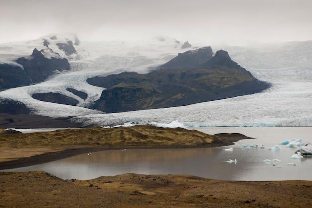 Gefrorene blaue eisberge in einem gletschersee