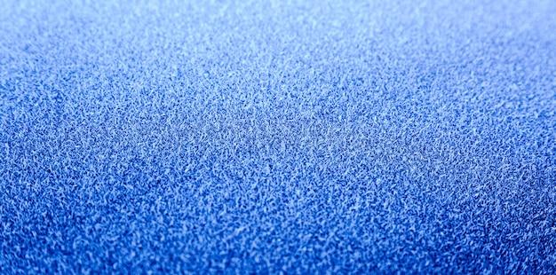 Gefrorene blaue oberfläche des autos morgens
