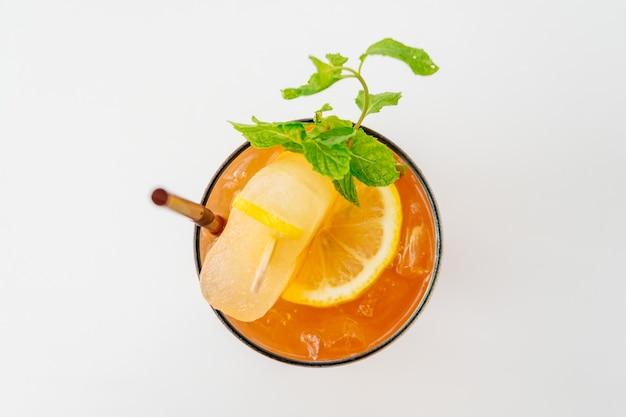 Gefrorene cocktails mit strand und meer