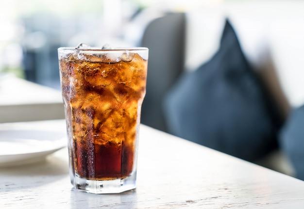Gefrorene cola auf dem tisch