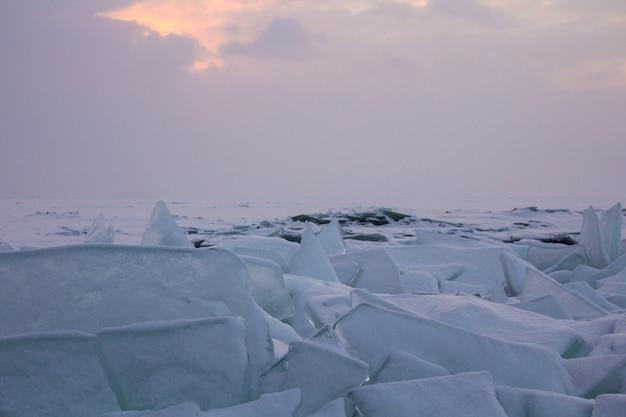 Gefrorene eislandschaft im winter baikal see, sibirien, russland.