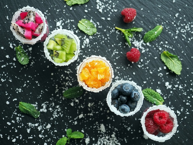 Gefrorene früchte und beeren in gläsern