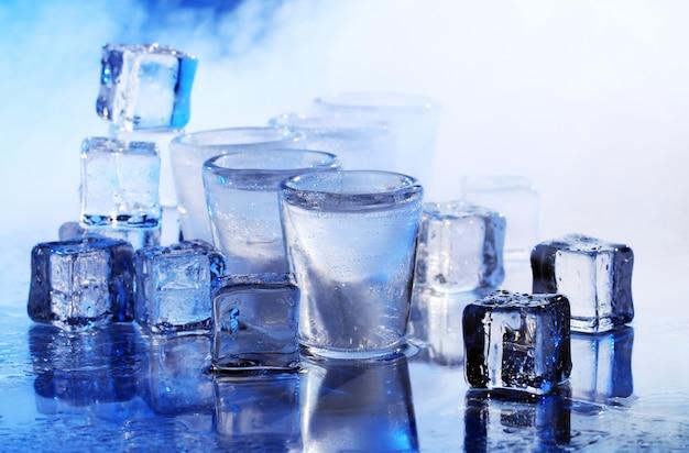 Gefrorene gläser mit kaltem alocholgetränk