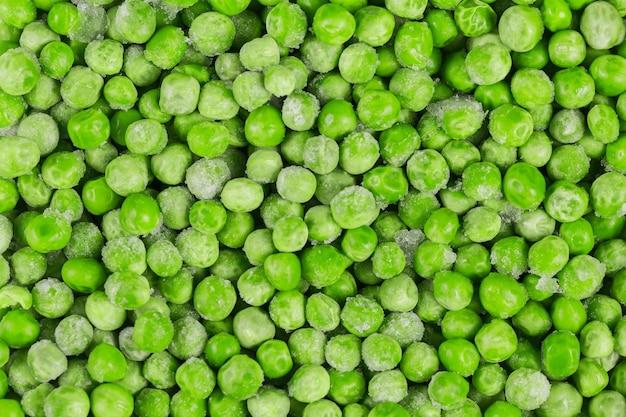 Gefrorene grüne erbsen als hintergrund. konzept der hausgemachten zubereitungen für schnelles kochen. gesundes vegetarisches lebensmittelkonzept