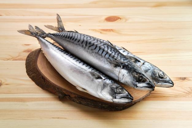 Gefrorene makrele auf holztisch