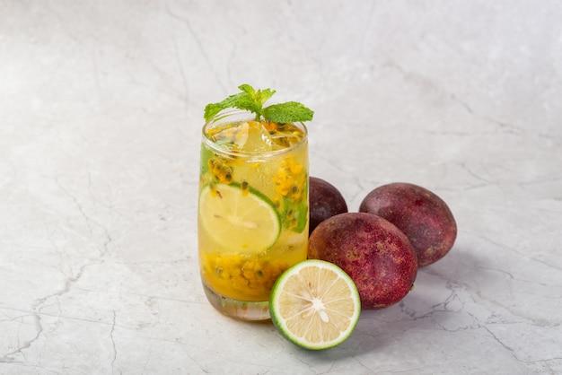 Gefrorene passionsfrucht grüne limonade im sommer