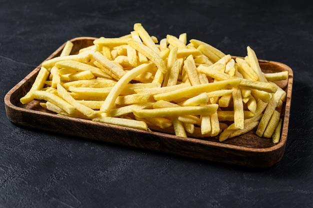 Gefrorene pommes-frites in einer hölzernen schüssel.