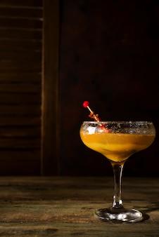 Gefrorener cocktail smoothie margarita auf einem dunklen hölzernen hintergrund