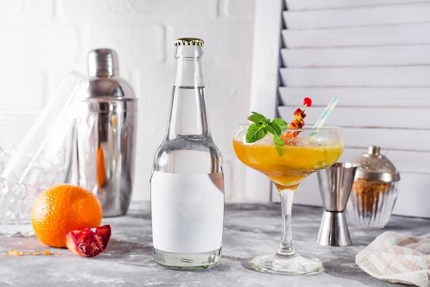 Gefrorener cocktail smoothie margarita auf holzuntergrund,