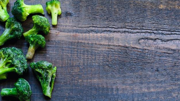Gefrorener frischer brokkoli auf natürlichem hölzernem hintergrund