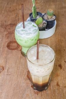 Gefrorener kaffee und gefrorener grüner tee