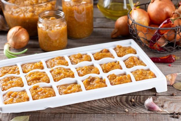 Gefrorener kaviar aus gemüse: zucchini und karotte auf einem holztisch. gesundes und leckeres veganes essen.