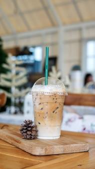 Gefrorener lattekaffee auf einem holztisch in einem café.