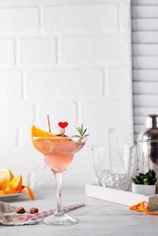Gefrorener margarita oder daiquiry cocktail mit rosmarin, frischer orangen- und grapefruitsaft