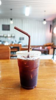 Gefrorenes americano auf einem holztisch in einem café.
