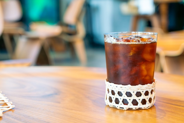 Gefrorenes americano-kaffeeglas im café-restaurant des coffeeshops