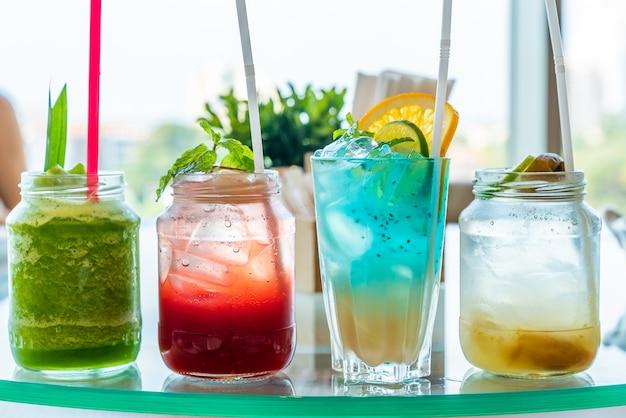 Gefrorenes cocktail auf holztisch