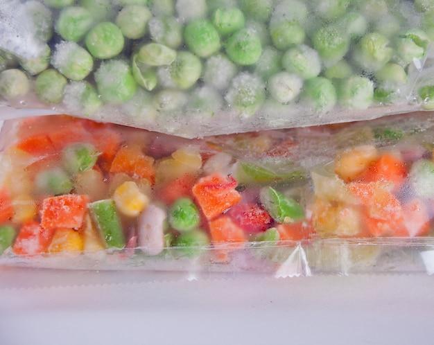 Gefrorenes gemüse in einer plastiktüte. gesunde lebensmittel lagerung konzept.
