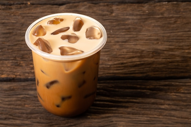 Gefrorenes kaffeegetränk zur erfrischung im sommer