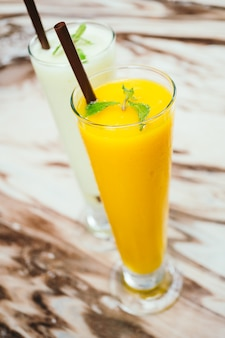 Gefrorenes mango smoothie glas
