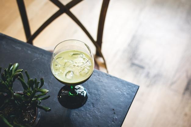Gefrorenes matcha-cocktail im café